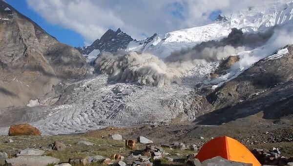 Зрелищный сход лавины в Гималаях