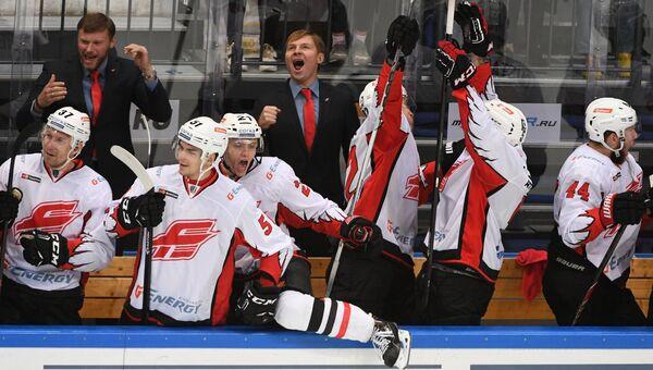 Игроки Авангарда радуются победе в матче регулярного чемпионата КХЛ. Архивное фото