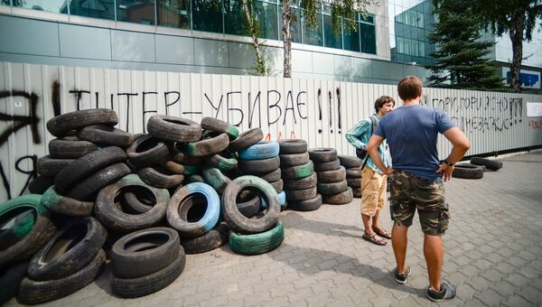 Прохожие у здания украинского телеканала Интер в Киеве
