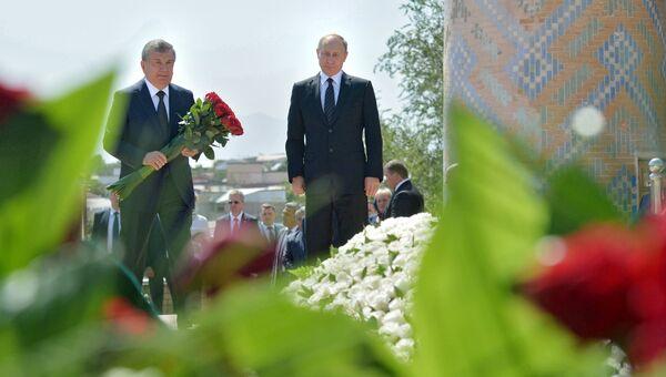 Президент РФ Владимир Путин (справа) с премьер-министром республики Шавкатом Мирзиёевым на церемонии возложения цветов к могиле первого президента Узбекистана Ислама Каримова на историческом кладбище Шахи-Зинда в Самарканде. 6 сентября 2016