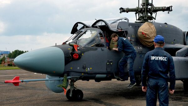 Техники у вертолета Ка-52К Катран. Архивное фото