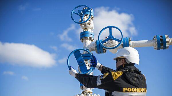 Добыча нефти на предприятиях Роснефти. Архивное фото