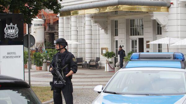 Сотрудники немецкой полиции у здания отеля Fuerstenhof в Лейпциге, Германия. 6 сентября 2016