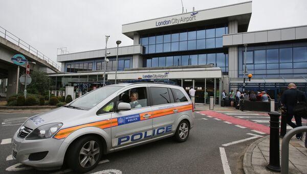 Полицейский автомобиль у здания терминала аэропорта Сити в Лондоне. Архивное фото