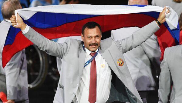 Представитель паралимпийской сборной Белоруссии с флагом России на церемонии открытия XV летних Паралимпийских игр 2016 в Рио-де-Жанейро