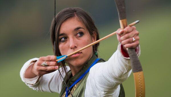 Участница соревнований в стрельбе из лука на Всемирных играх кочевников-2016