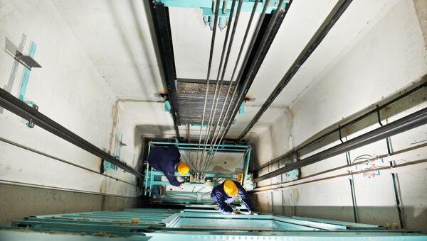 Рабочие в шахте лифта