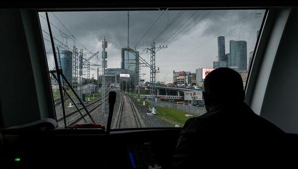 Вид на железнодорожные пути Московского центрального кольца из кабины машиниста электропоезда Ласточка