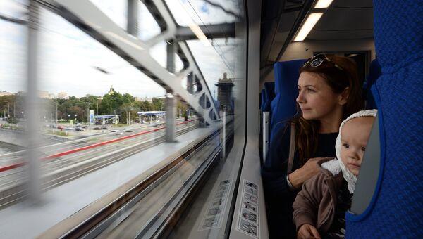 Пассажиры в салоне электропоезда Московского центрального кольца