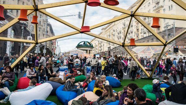 Жители и гости Москвы во время празднования Дня города