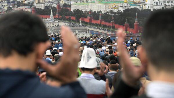 Мусульмане в день праздника жертвоприношения Курбан-Байрам возле Московской Соборной мечети