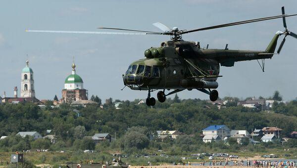 Вертолет Ми-8 во время международных соревнований подразделений инженерных войск Открытая вода - 2016, проходящих в рамках Международных армейских игр-2016, в Муроме