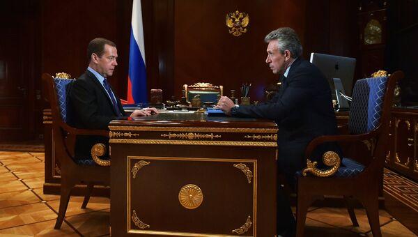 Председатель правительства РФ Дмитрий Медведев и председатель Внешэкономбанка Сергей Горьков. 12 сентября 2016