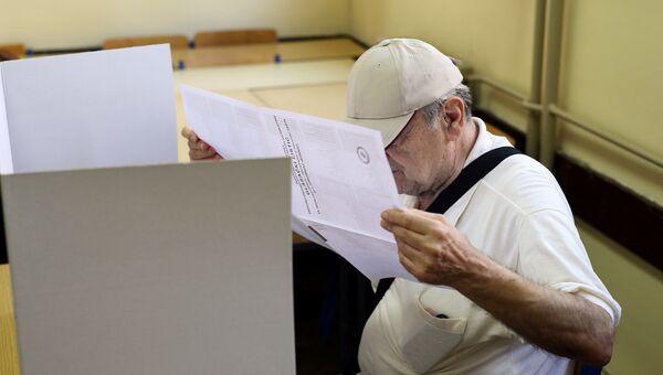 Избиратель на избирательном участке во время парламентских выборов в Хорватии. 11 сентября 2016
