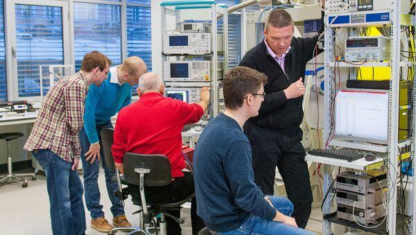 Руководитель лаборатории сверхпроводящих метаматериалов НИТУ МИСиС профессор Алексей Устинов с коллегами