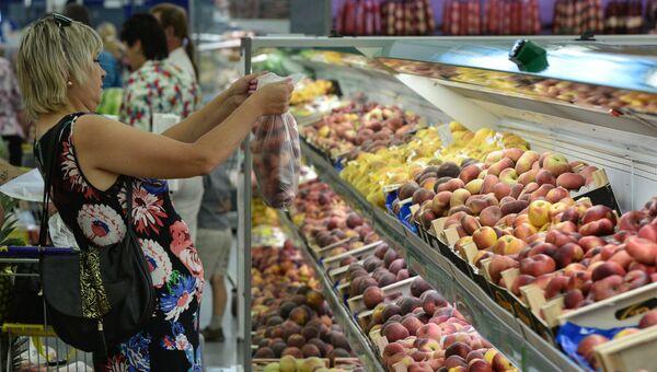 Покупательница у прилавка с фруктами в гипермаркете Лента в Новосибирске