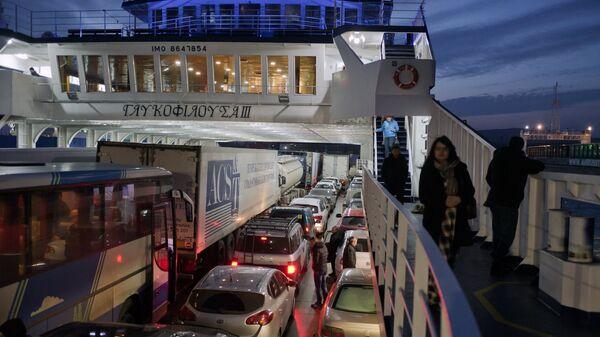 Пассажиры парома на Керченской паромной переправе. Архивное фото