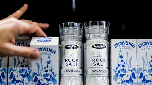 Покупатель выбирает соль в одном из магазинов в Великом Новгороде