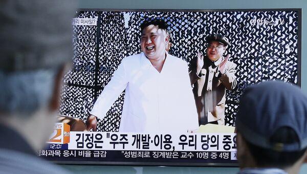 Лидер КНДР Ким Чен Ын на испытаниях нового ракетного двигателя на фотографии северокорейской газеты Нодон синмун, показанной по телевидению в Сеуле, Южная Корея. 20 сентября 2016