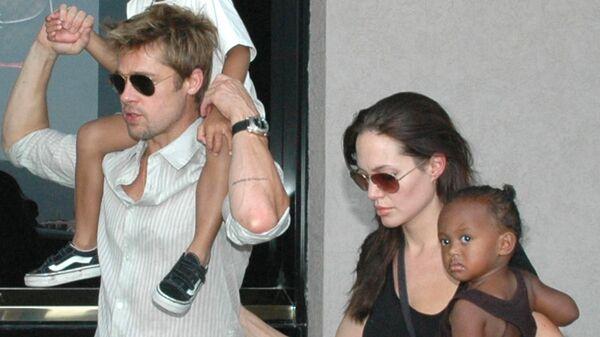 Американские актеры Анджелина Джоли и Брэд Питт с детьми, 2006 год