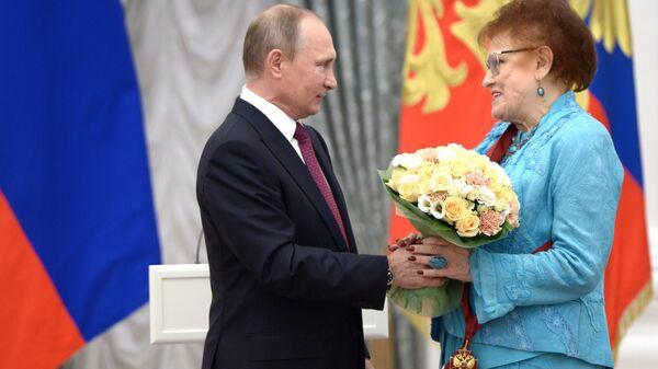Президент РФ Владимир Путин и президент Российской академии образования Людмила Вербицкая. Архивное фото