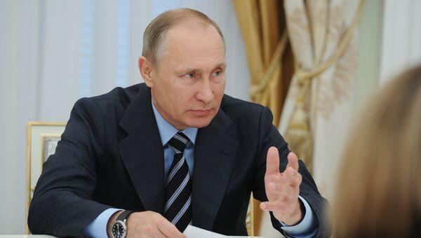 Президент РФ Владимир Путин во время встречи в Кремле с председателем Центральной избирательной комиссии Эллой Памфиловой и членами ЦИК. 23 сентября 2016