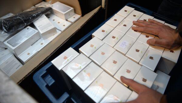 Новые смартфоны iPhone 7 и iPhone 7 Plus представлены на продажу в торговом центре ГУМ. Архивное фото