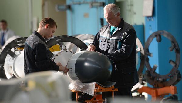 Рабочие в одном из цехов ОАО Корпорация Тактическое ракетное вооружение. Архивное фото