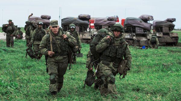 Военнослужащие после марш-броска на аэродром Дягилево в ходе учений ВДВ в Рязанской области