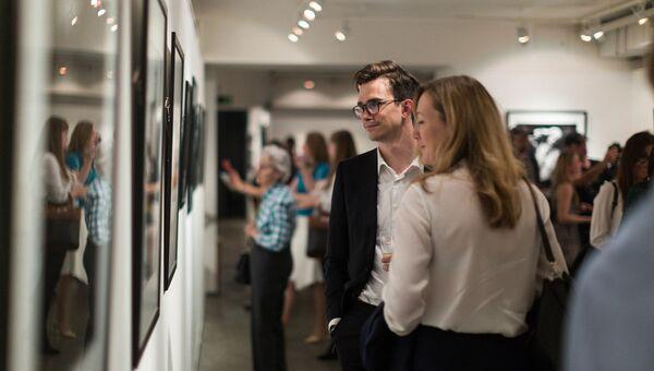 Посетители на выставке в Центре фотографии имени братьев Люмьер в Москве. Архивное фото