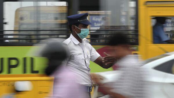 Сотрудник полиции в маске, чтобы защитить себя от загрязненного воздуха в Индии. Архивное фото.
