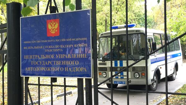 Полицейский автобус у здания столичного управления Ространснадзора