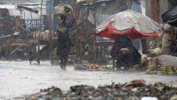 Местные жители во время урагана Мэтью на Гаити