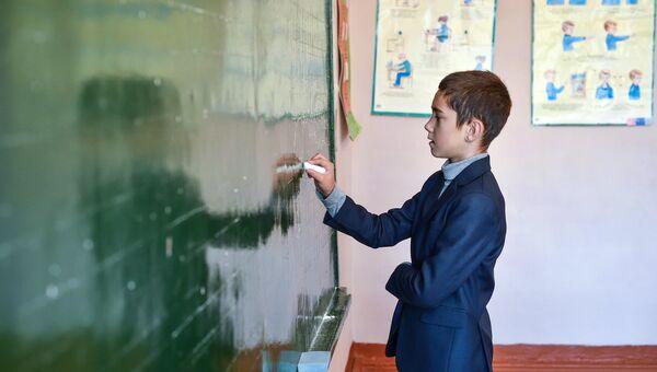 Приемные дети учителей сельской школы в Брянской области.Архивное фото