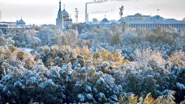 Успенский собор и администрация города на фоне заснеженного города