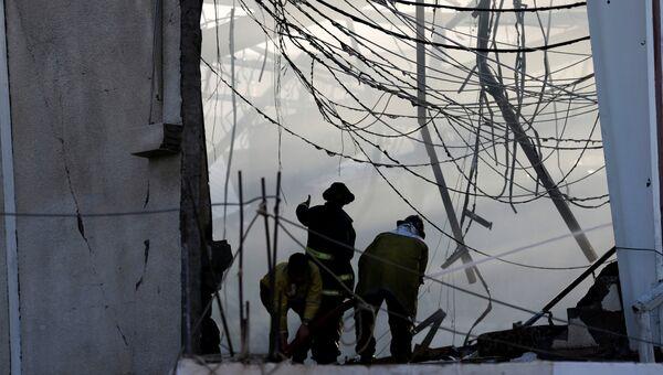 Пожарные тушат пожар на месте авиаудара по траурной процессии в Йемене, 8 октября 2016