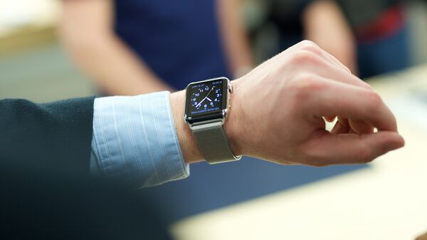 Покупатель примеряет часы Apple Watch