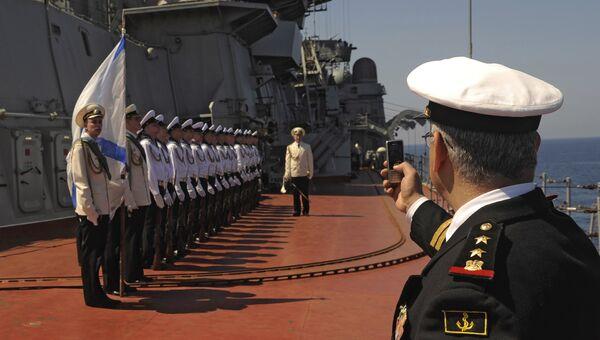 Матросы тяжелого атомного ракетного крейсера Петр Великий на церемонии встречи официальной делегации в порту сирийского города Тартус