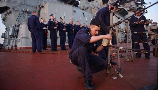 Матросы тяжелого атомного ракетного крейсера Петр Великий готовят корабль к заходу в порт сирийского города Тартус. Архивное фото