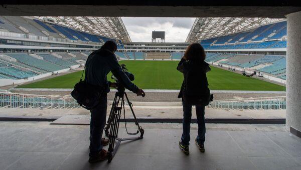 Журналисты на стадионе Фишт в Сочи, где проходит реконструкция к чемпионату мира по футболу 2018. Архивное фото