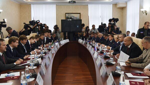 Депутаты региональных советов и представители делового сообщества Италии во время встречи с главой Республики Крым Сергеем Аксеновым