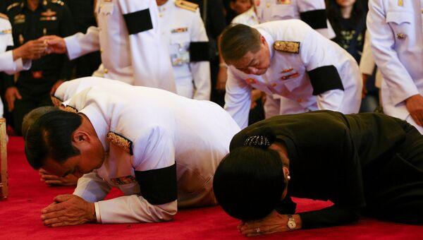 Премьер-министр Таиланда Прают Чан-Оча отдает дань уважения памяти покойного короля Пхумипона Адульядета в Большом дворце, Бангкока. Архивное фото