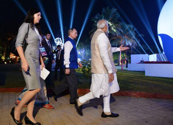Президент РФ Владимир Путин и премьер-министр Индии Нарендра Моди перед церемонией фотографирования лидеров БРИКС в индийской национальной одежде