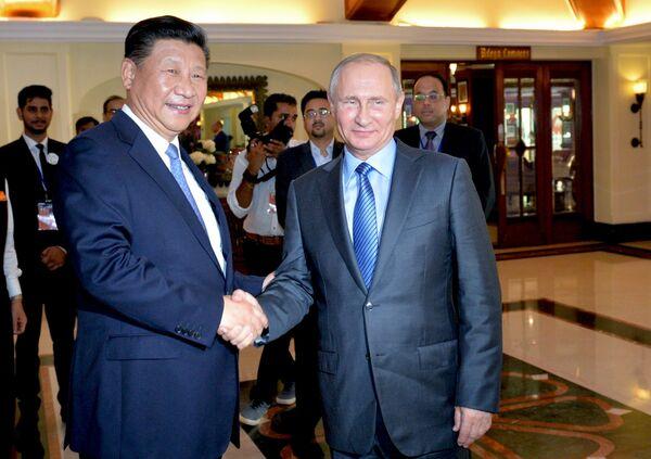 Президент РФ Владимир Путин и председатель Китайской Народной Республики Си Цзиньпин во время встречи в отеле Тадж Экзотик индийского штата Гоа