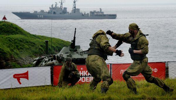 Выступление морских пехотинцев Тихоокеанского флота перед участниками Гонки героев во Владивостоке на полигоне Горностай