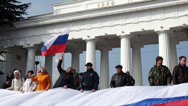 Участники праздничных мероприятий, посвященных второй годовщине присоединения Крыма к России, на Графской пристани в Севастополе
