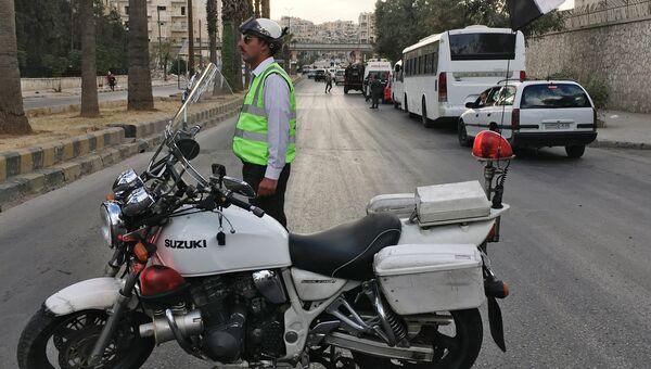 Полиция готовится к выходу мирных граждан и боевиков через КПП Бустан аль-Каср в восточном Алеппо. 19 октября 2016