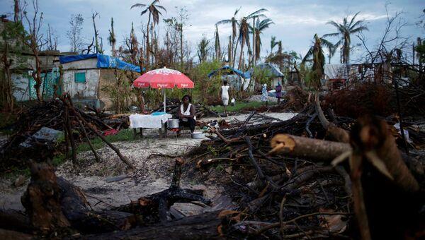 Продавщица продуктов питания ждет клиентов после урагана Мэтью на Гаити. Архивное фото