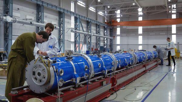 Монтаж элементов исследовательского ядерного нейтронного реактора. Архивное фото