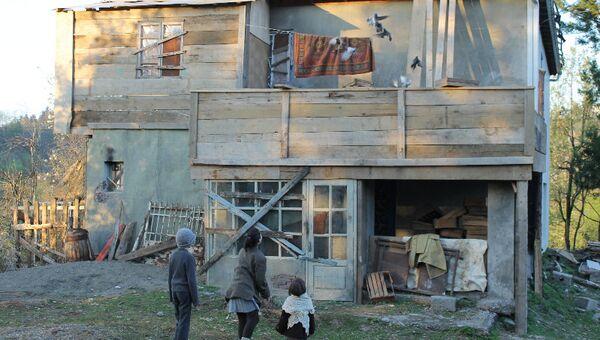 Кадр из российско-грузинского фильма Чужой дом